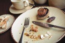 Крупним планом залишилися сніданок в тарілку в кафе — стокове фото