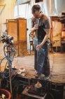 Ventilador de vidro usando molde para moldar um vidro fundido na fábrica de sopro de vidro — Fotografia de Stock