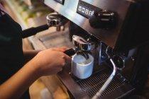 Gros plan de la serveuse prenant le café de la machine à expresso à la cafétéria — Photo de stock