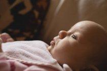 Крупный план милый ребенок отдыхает и глядя на дома — стоковое фото