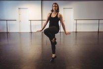 Mujer joven interpretando danza contemporánea en estudio de danza - foto de stock
