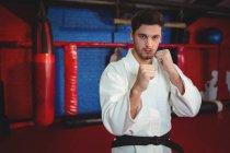 Каратист, занимающийся карате в фитнес-студии — стоковое фото