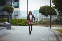 Красива жінка, ходити в офісних приміщеннях — стокове фото