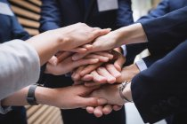 Крупный план рук деловых людей — стоковое фото