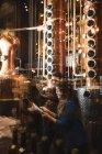 Чоловік і жінка, вивчаючи зразки алкоголю в пивоварного заводу — стокове фото