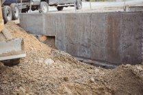 Бульдозер вирівнювання скидали бруду на будмайданчик — стокове фото