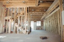 Escalera de madera y pared de un edificio en construcción - foto de stock