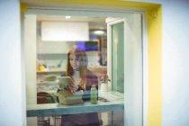 Женщина с цифровым планшетом во время салата в ресторане — стоковое фото