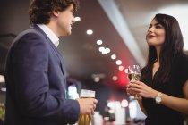 Маючи пару напої разом в ресторан — стокове фото