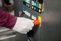 Обрезанная рука рабочей машины на соковом заводе — стоковое фото