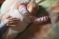 Крупный план милый ребенок спит в спальне дома — стоковое фото
