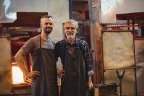 Retrato de equipe de sopradores de vidro com braços cruzados na fábrica de sopro de vidro — Fotografia de Stock