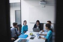 Equipo de médicos en una reunión en la sala de conferencias - foto de stock