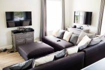 Пустой гостиной с диваном и телевизором на дому — стоковое фото