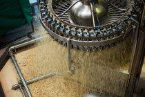 Высокий угол обзора обрабатывающей машины на соковом заводе — стоковое фото