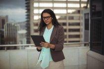 Empresária usando tablet digital no terraço do escritório — Fotografia de Stock