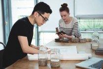 Ejecutivos de negocios trabajando juntos en la oficina - foto de stock