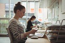 Ejecutivo de negocios mirando losa de piedra en la oficina - foto de stock