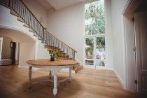 Интерьер дома с деревянным полом и лестницей с белыми стенами — стоковое фото