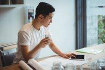 Executivo de negócios usando tablet digital e telefone celular no escritório — Fotografia de Stock