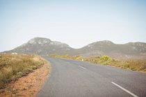 Загородная дорога, проходящая через сельскую местность в горах — стоковое фото