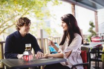 Coppia che beve insieme nel ristorante — Foto stock