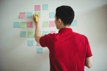 Виконавчим бізнесу писати на наліпок в офісі — стокове фото