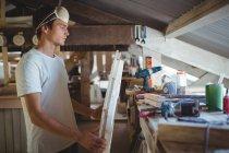 Mann bastelt Surfbrett in Werkstatt — Stockfoto