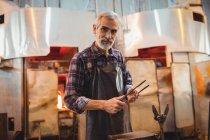 Портрет митець проведення щипці glassblowing заводу — стокове фото
