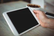 Рука женщины с цифровым планшетом в кафе — стоковое фото