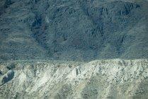 Majestuosa vista de la colina rocosa en el paisaje de montaña - foto de stock