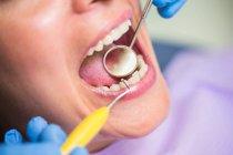 Nahaufnahme des Zahnarztes bei der Untersuchung weiblicher Patientenzähne — Stockfoto