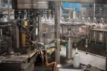 Оборудование завода по розливу в обрабатывающей промышленности — стоковое фото