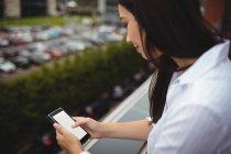 Gros plan de femme d'affaires à l'aide de téléphone portable au balcon du bureau — Photo de stock
