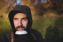 Jovem barbudo homem tomando café ao ar livre — Fotografia de Stock