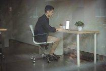 Geschäftsführender Angestellter am Laptop im Büro — Stockfoto