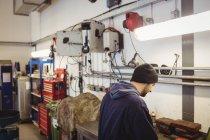 Механик работает в ремонтном гараже — стоковое фото