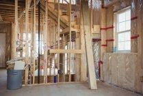 Interior de un edificio en construcción - foto de stock