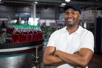 Портрет впевнено чоловічого працівник стоячи в прохолодними напоями заводу — стокове фото
