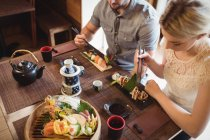 Вид под высоким углом на пару с суши в ресторане — стоковое фото