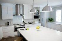 Interior de la cocina moderna en casa - foto de stock