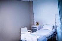 Blick auf leeres Krankenhausbett auf Station des Krankenhauses — Stockfoto