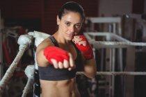 Портрет впевнено жіночий боксер виконання позиції бокс у боксерський ринг — стокове фото