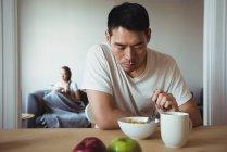 Uomo che fa colazione sana a casa — Foto stock