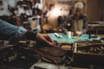 Ремесленница с бумажником в руках в мастерской — стоковое фото