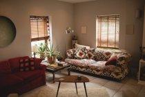 Salon intérieur vide avec canapés confortables à la maison — Photo de stock