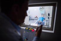 Arzt mit Röntgengerät am Patienten im Krankenhaus — Stockfoto