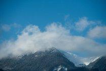 Величественный вид на красивый снежный горный хребет против голубого неба и облаков — стоковое фото