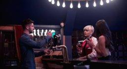 Barista che interagisce con belle donne al bancone nel bar — Foto stock