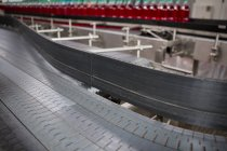 Высокий угол обзора конвейерной ленты на заводе холодных напитков — стоковое фото